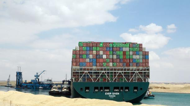 Las autoridades realizan trabajos para dragar el buque Ever Given y desencallar el barco que bloquea el canal de Suez. Foto: EFE