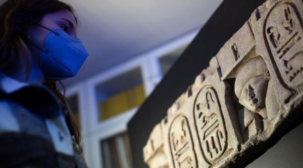 La misión arqueológica integrada por el Museo Egipcio de Barcelona, la Universidad de Tubinga y el Consejo Supremo de Antigüedades de Egipto presentaron el hallazgo de restos del templo de Ptolomeo I en el yacimiento arqueológico de Kom el-Ajmar Sharuna,