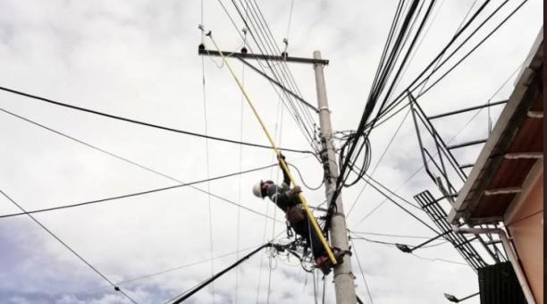 La Empresa Eléctrica Quito realizará trabajos en barrios de Quito, por lo que suspenderá el servicio. Foto: Twitter Eléctrica Quito
