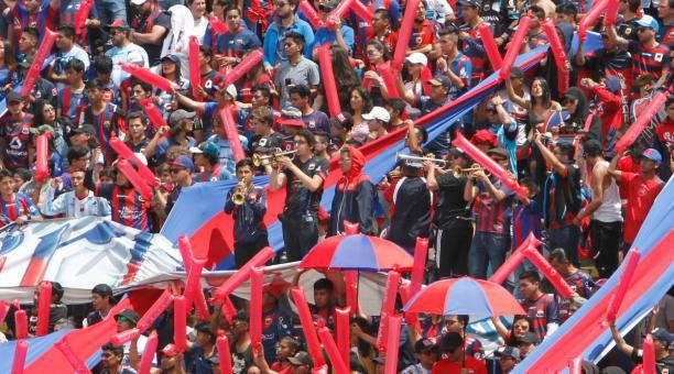 Hinchas de Deportivo Quito en el Atahualpa. Foto: Archivo / EL COMERCIO