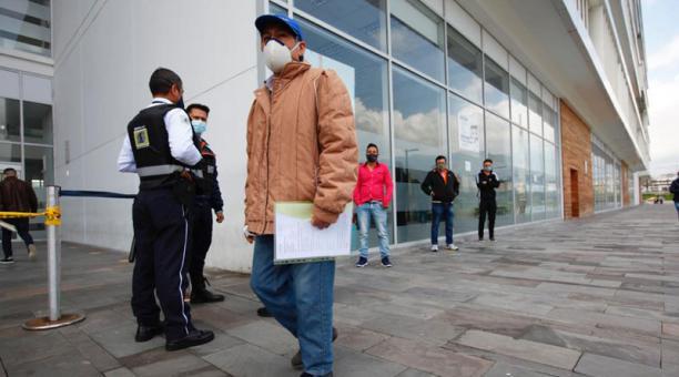 Pocos usuarios acudieron este 27 de marzo del 2021 al Registro Civil en la Plataforma Gubernamental sur en Quito. Foto: Patricio Terán/ EL COMERCIO.