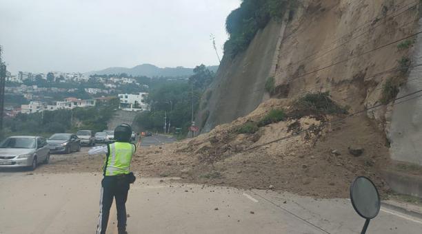 Dos carriles de la av. Interoceánica en sentido Quito-Cumbayá se cerraron debido al derrumbe. Foto: cortesía AMT.
