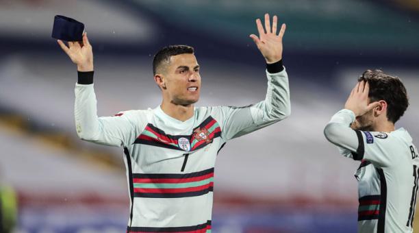Cristiano Ronaldo y Bernardo Silva reaccionan durante el partido entre Portugal y Serbia el 27 de marzo del 2021. Foto: EFE