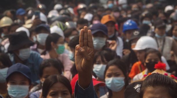 Un manifestante saluda con tres dedos durante una protesta contra el golpe militar en Mandalay, Myanmar, el 27 de marzo de 2021.