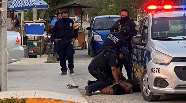 Videos que circulan en redes sociales captaron el momento en el que la mujer falleció tras encontrarse sometida en el suelo por cuatro policías. Foto: captura.