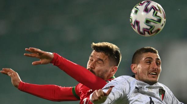 El italiano Marco Verratti (der.) disputa la pelota con el búlgaro Christian Malinov el 28 de marzo del 2021. Foto: EFE