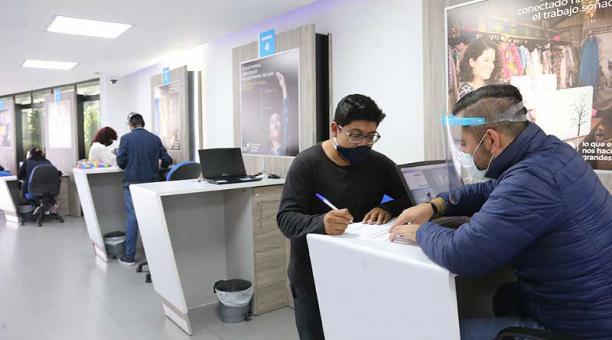 Usuarios solicitan facilidades de pago en una oficina de la CNT ubicada en Quito. Foto: archivo / EL COMERCIO