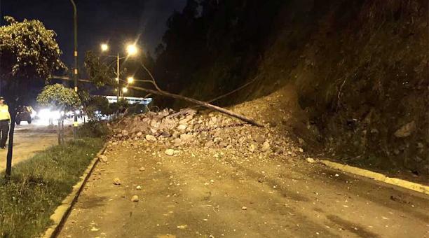 El deslizamiento se registró en el sector de El Trébol, en el carril Quito - Valle. Foto: Twitter Bomberos Quito