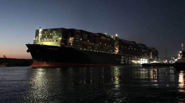10 remolcadores trabajaron en la operación para mover el portacontenedores Ever Given que se encontraba encallado en el Canal de Suez. Foto: EFE.