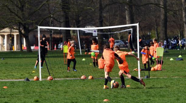Inglaterra levantó la prohibición de realizar deporte al aire libre por la pandemia, tras su exitosa campaña de vacunación. Foto: EFE.