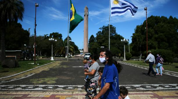 Personas caminan en la Plaza Internacional durante la pandemia de coronavirus en la frontera entre la ciudad brasileña Santana do Livramento y la ciudad uruguaya de Rivera, en Uruguay el 19 de marzo de 2021.