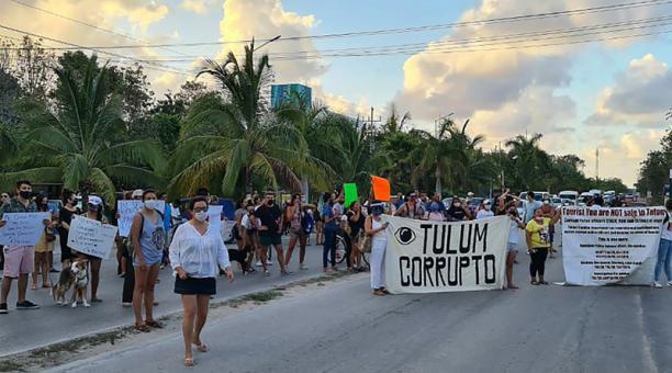 Personas bloquean la carretera este domingo, después de la muerte de la turista salvadoreña debido al abuso en su detención por fuerzas policiacas en el municipio de Tulum, en Quintana Roo.