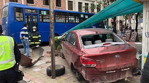Un automóvil y un bus de servicio urbano colisionaron este 29 de marzo del 2021 en las calles Juan León Mera y Wilson, en el centro - norte de Quito. Foto: Diego Pallero / EL COMERCIO