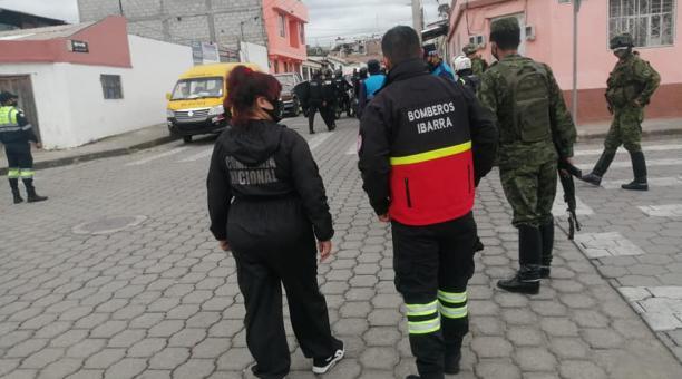 El domingo 28 de marzo del 2021, en Ibarra se efectúo un operativo conjunto para evitar la presencia de personas que ingieren bebidas alcohólicas en espacios públicos. Foto: Gobernación de Imbabura