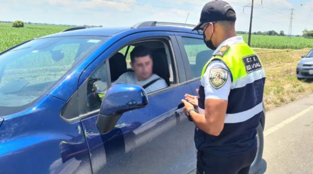 Desde el jueves 1 de abril del 2021 rigen nuevas restricciones vehiculares en los ejes viales nacionales del Ecuador. Foto: Twitter Comisión de Tránsito del Ecuador