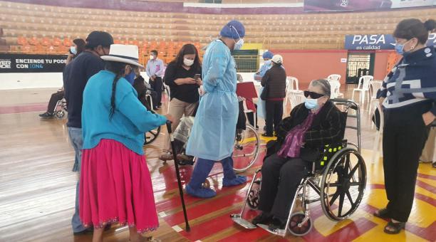 En el coliseo Jefferson Pérez de Cuenca, 40 médicos y enfermeras participan en la vacunación contra el covid-19. Foto: Lineida Castillo / EL COMERCIO