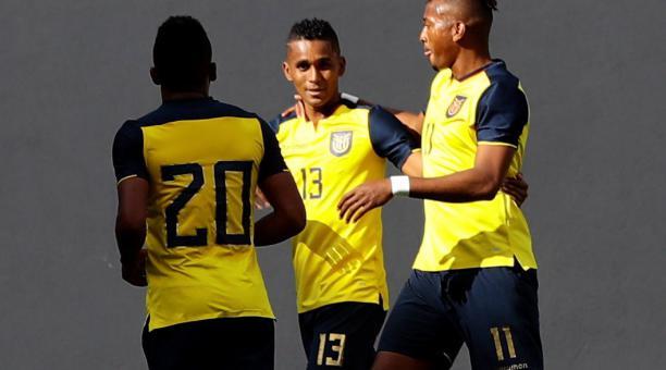 Fidel Martínez festeja el gol que anotó con la Tri junto a Michael Estrada. Ambos marcaron ante Bolivia. Foto: EFE