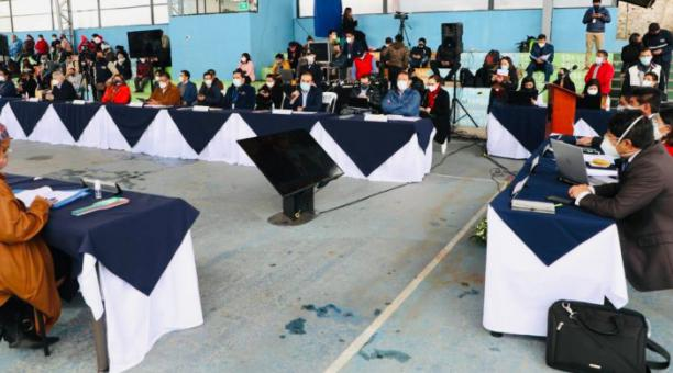 El martes 16 de marzo, el Concejo sesionó de manera presencial  en la Unidad Educativa Oswaldo Lombeyda, en Guamaní, a pesar de la pandemia. Foto: Cortesía despacho concejal Fernando Morales.