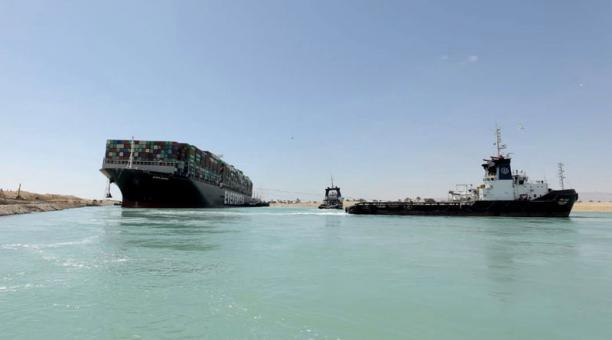 La navegación por el canal de Suez se vio interrumpida luego de que el barco Ever Given quedara encallado. Foto: EFE.