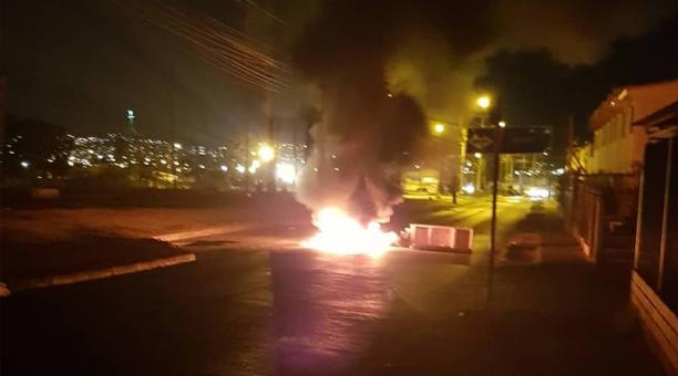 Los disturbios se produjeron en diversos barrios periféricos de Santiago entre agentes de cuerpo policial Carabineros y manifestantes que protestaban contra la represión policial y prendieron barricadas.