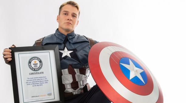 Agustín Alanis posa con su certificado de récord Guinness como la persona que más veces ha asistido a una sala de cine a ver una misma película. Foto: EFE / Guinness World Records