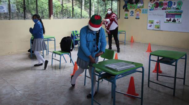 En el Ecuador, los estudiantes que asisten a clases presenciales deben cumplir un protocolo de bioseguridad por la pandemia. Foto: Galo Paguay/ EL COMERCIO