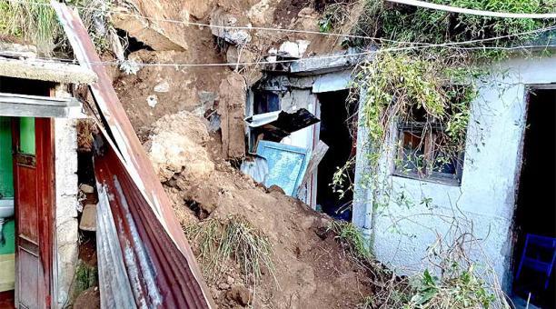 Los técnicos inspeccionaron el predio y constataron que la vivienda afectada por el colapso del muro es de hormigón. Foto: Twitter Bomberos Quito