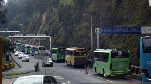 Agentes de Tránsito gestionan el paso de los vehículos por la Autopista General Rumiñahui, tras el deslizamiento en uno de los taludes de esa vía. Foto: Diego Pallero/ EL COMERCIO
