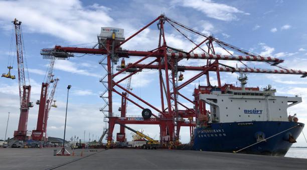 La llegada de las estructuras es parte del plan de inversión que contempla un total de 18 grúas por USD 90 millones. Foto: Enrique Pesantes / EL COMERCIO