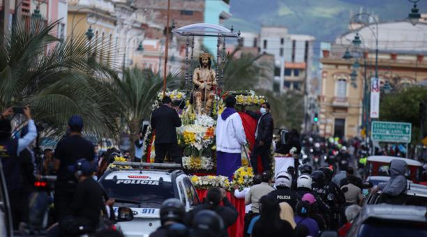 Decenas de personas se aglomeraron en el paso de la imagen del Señor del Buen Suceso en Riobamba, pese a las restricciones por el covid-19. Foto: Glenda Giacometti/ EL COMERCIO