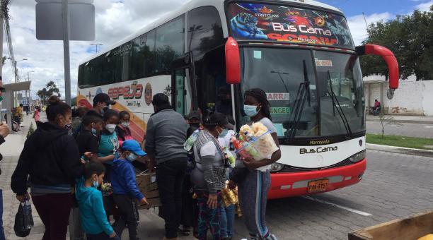 Las operadoras de transporte y las terminales de transporte de Ibarra, Ambato, Cuenca y Santo Domingo se organizan para hacer los viajes entre el jueves 1 y sábado 4 de abril por el feriado de Semana Santa. Foto: Washington Benalcázar / EL COMERCIO