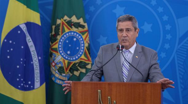 Fotografía de archivo fechada el 25 de marzo de 2020 que muestra al entonces ministro jefe de la Casa Civil, Walter Souza Braga Netto, mientras habla después de visitar el centro de coordinación del comité de crisis para el covid-19, en el Palacio de Plan