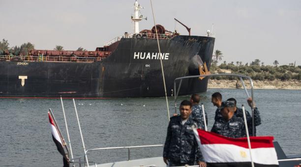 A dos días del desbloqueo del Canal de Suez, casi 300 barcos esperan para cruzarlo. Foto: EFE.
