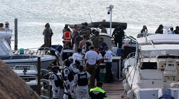 Autoridades y rescatistas realizaron el operativo para ayudar a las víctimas. Los socorristas hallaron a dos personas sin vida. Foto: EFE