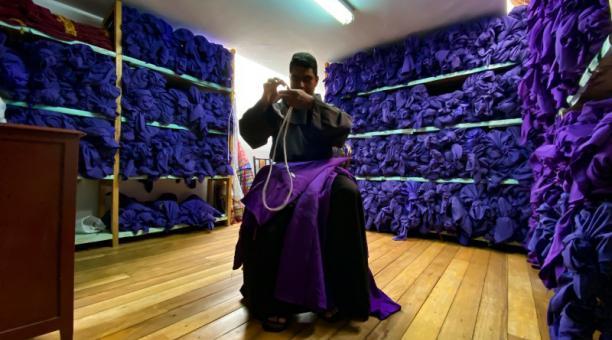 Darío Hernández muestra los trajes de cucuruchos guardados en San Francisco. Foto: Patricio Terán / El Comercio