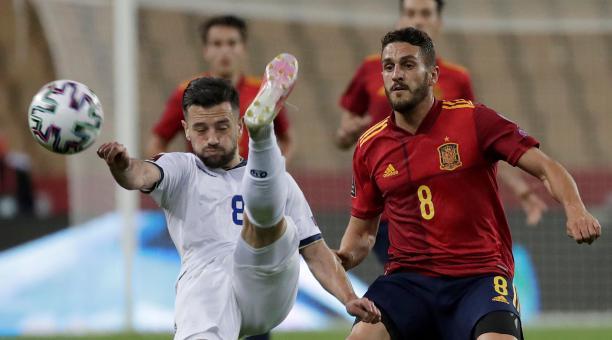 Koke Resurrección (d) presiona al centrocampista de Kosovo Besar Halimi. Foto: EFE