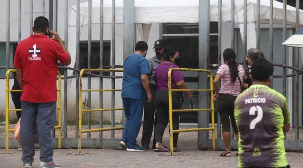 En Guayaquil, las oficinas públicas y privadas podrán estar abiertas hasta las 16:00 con los aforos aprobados. Toda operación no esencial deberá hacerse por teletrabajo. El servicio de entrega a domicilio opera las 24 horas. En la ciudad, como en otros mu