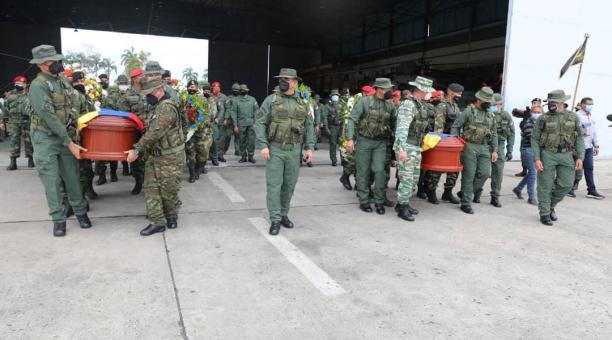 El Ejército de Venezuela rindió honores póstumos a Edward Ramón Corobo Segovia y a Yonathan Miguel Duarte, quienes fallecieron en la frontera con Colombia. Foto: Twitter Ejército Bolivariano