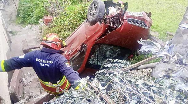 El accidente ocurrió en el sector de La Lucha de Los Pobres, en el sur de Quito. Foto: Twitter Bomberos Quito
