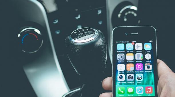Una vez que la luz del semáforo cambia a verde, es posible que la mente del conductor todavía esté concentrada en su teléfono y no en la carretera. Foto: Pixabay