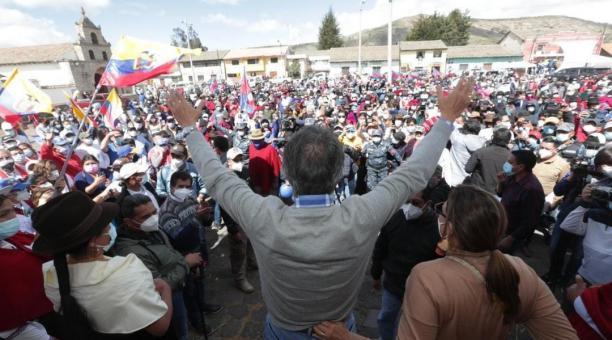 El candidato presidencial Guillermo Lasso ofreció créditos y ayuda a los agricultores en su visita a poblados de la Sierra. Foto: Cortesía
