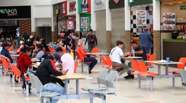 El centro comercial El Recreo, ubicado en el sur de la ciudad, dispuso que de lunes a domingo se atenderá de 09:00 a 19:00. Foto: Archivo / EL COMERCIO