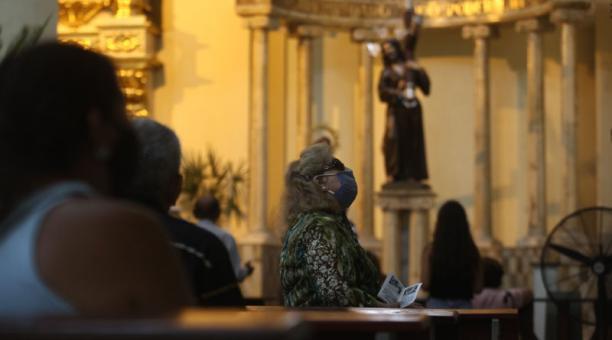Fieles acudieron este viernes 2 de abril del 2021 a iglesias de Guayaquil para celebrar el Viernes Santo. Foto: Enrique Pesantes/ EL COMERCIO.