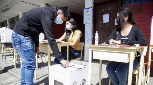 Ocho personas naturales y jurídicas podrán realizar encuestas a boca de urna el próximo 11 de abril del 2021. Foto: EFE.