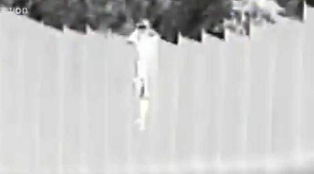 En un video se ve cuando un hombre deja caer a dos niñas, de 3 y 5 años, desde lo alto del muro fronterizo, que mide 14 pies de alto (NULL,2 metros). Foto: captura