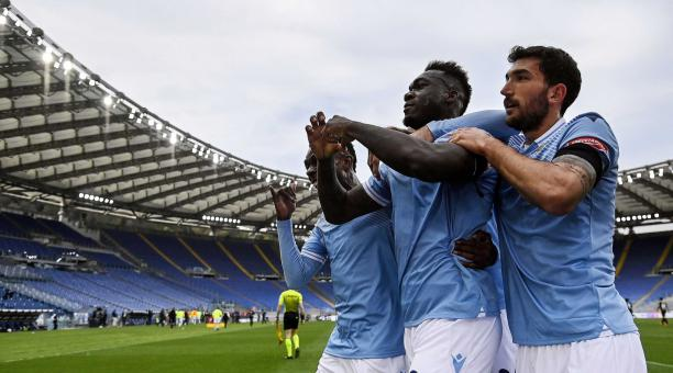 Felipe Caicedo (C) del Lazio celebra tras anotar el gol de 2-1 durante el partido de fútbol de la Serie A italiana entre el SS Lazio y el Spezia Calcio en el Estadio Olímpico de Roma, Italia, 03 de abril de 2021. (Italia, Roma) EFE