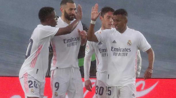 El delantero francés del Real Madrid Karim Benzema (2-i) celebra con sus compañeros tras marcar el 2-0 durante el partido de la jornada 29 de LaLiga entre Real Madrid CF y SD Eibar, celebrado este sábado en el estadio Alfredo Di Stéfano en Madrid. EFE