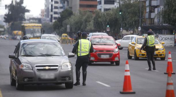 Agentes de la AMT controlan la circulación vehicular en Quito, para que los conductores transiten según las disposiciones del COE Nacional. Foto: Diego Pallero/ EL COMERCIO