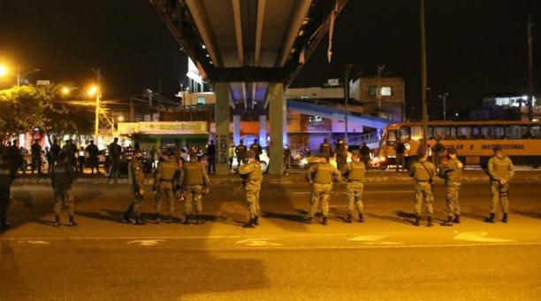 Miembros de las Fuerzas Armadas controlaron el tramo Durán-Guayaquil, de los puentes de la Unidad Nacional. La vigilancia se mantendrá de 20:00 a 05:00, mientras dure el toque de queda en Guayas. Foto: Cortesía Gobernación del Guayas