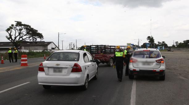 Agentes de tránsito verifican que los conductores cumplan con las medidas de restricción vehicular, emitidas dentro del estado de excepción por el avance del covid-19. Foto: Enrique Pesantes/ EL COMERCIO